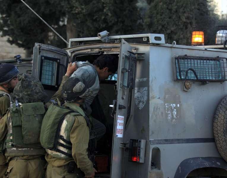 الاحتلال يعتقل أحد حراس الأقصى ويمدد إبعاد أحد موظفيه 6 أشهر