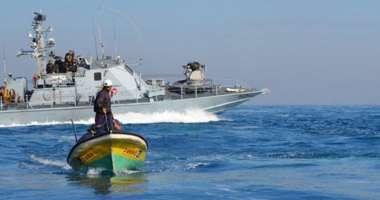 البحرية الصهيونية تهاجم مراكب الصيادين بالرصاص وخراطيم المياه