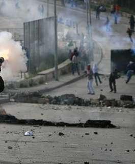 إصابة 3 مواطنين بالرصاص والعشرات بالاختناق خلال مواجهات مع الاحتلال في كفر قدوم شرق قلقيلية