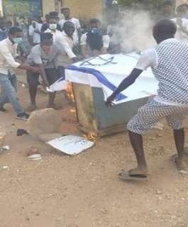 متظاهرون سودانيون يحرقون العلم الاسرائيلي رفضا للتطبيع