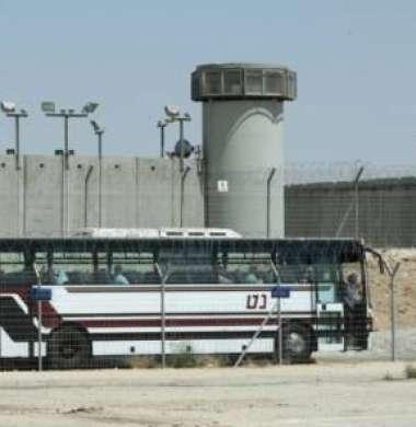 الإفراج عن الأسير عمر خنفر من مخيم جنين بعد 19 عاما في الأسر