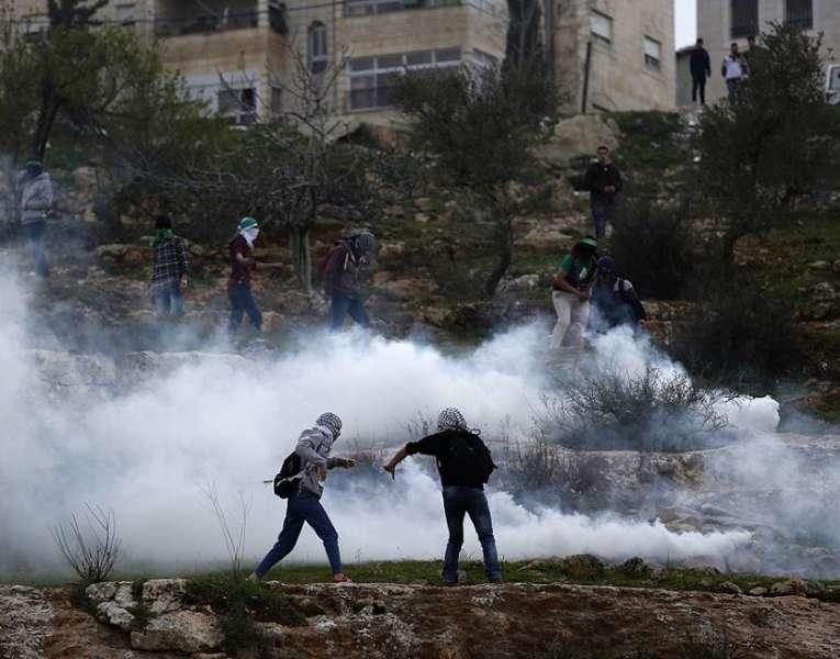 القدس: إصابات بالاختناق خلال مواجهات بالرام