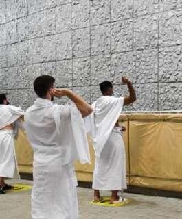 حجاج بيت الله الحرام يرمون الجمرات الثلاث في أول أيام التشريق