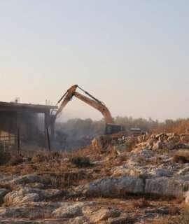 الاحتلال يهدم 4 محال تجارية قيد الإنشاء في دير قديس غرب رام الله
